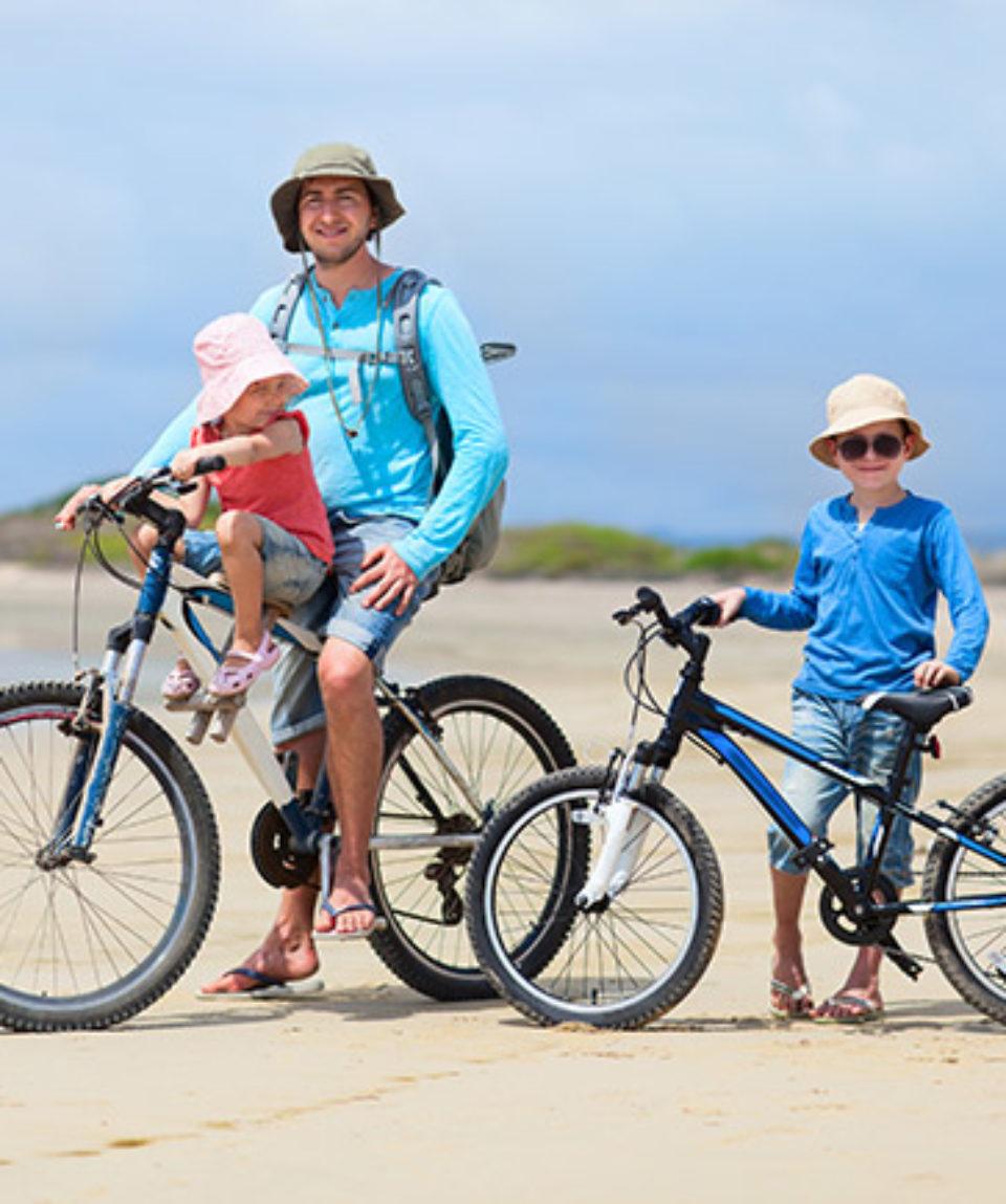familie på cykel bornholm