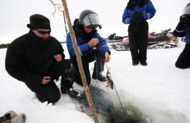 Isfiskeri på den frosne sø