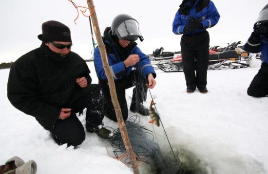 Isfiskeri på den frosne sø. AktivFerie.dk