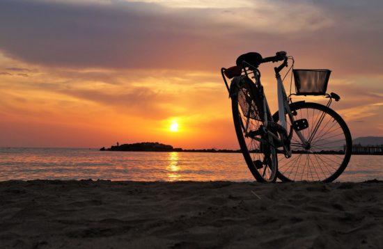 Cykeltur i solnedgang