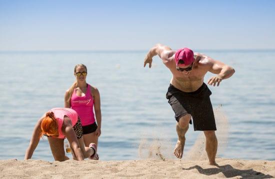 Strand traening giver sved på panden