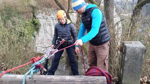 Rappelling-highropebridging